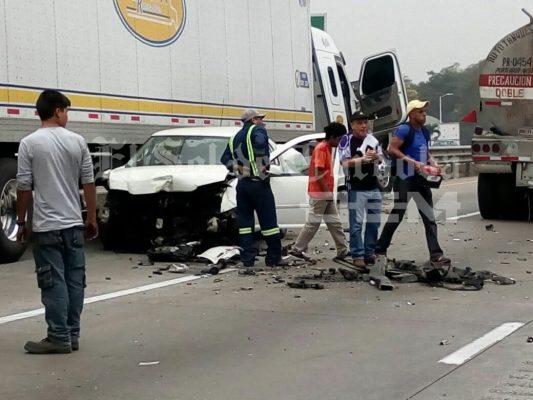 Se salva familia de milagro en la autopista