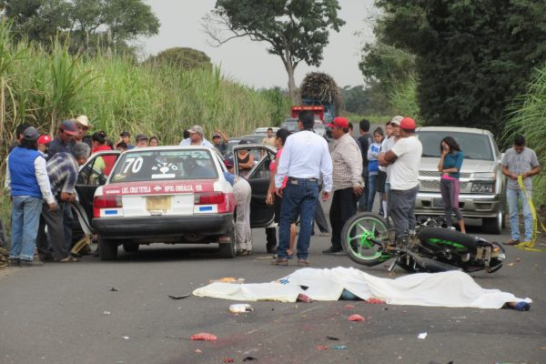 Mueren dos estudiantes del Tebaev en accidente de moto