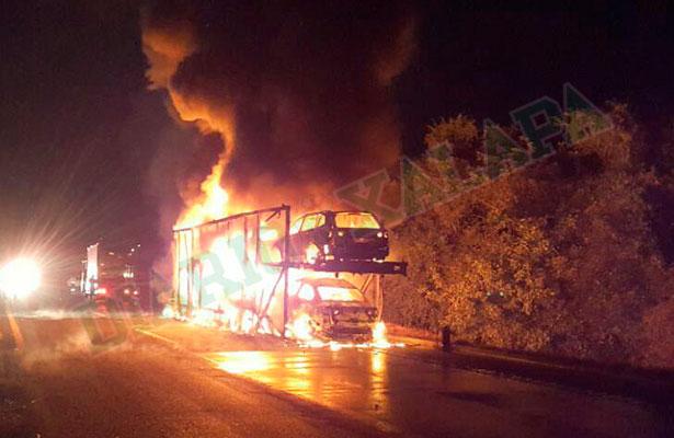 Arden vehículos nuevos en la autopista Veracruz-Córdoba