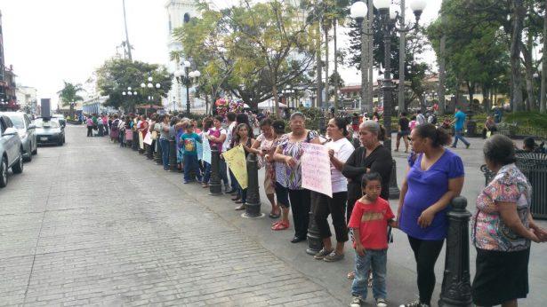 Con cadena humana antorchistas protestan contra gobierno del Estado