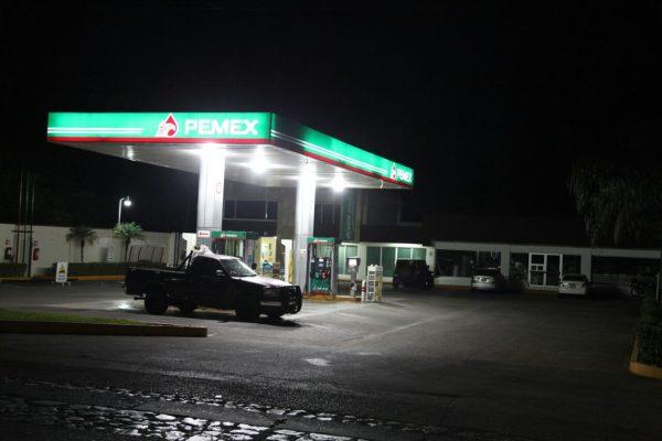 Dos delincuentes asaltan gasolinera en calzada Morelos