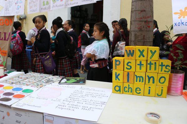 Lenguas maternas son amenazadas por el inglés; indígenas deberán aprenderlo