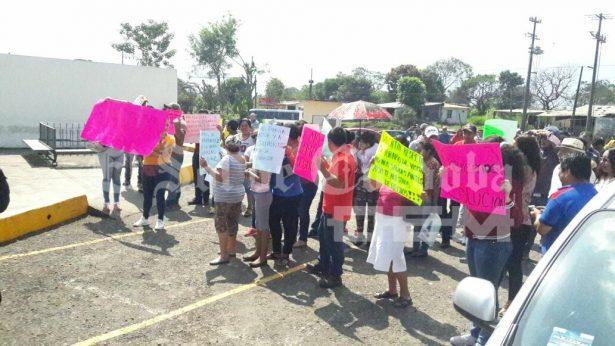 Familiares de internos exigen la destitución del director de La Toma