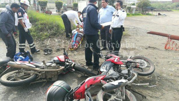Dos lesionados en choque entre motociclistas