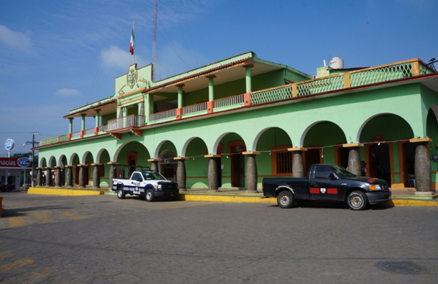 Renuncia a su cargo regidor segundo del ayuntamiento de Amatlán de los Reyes