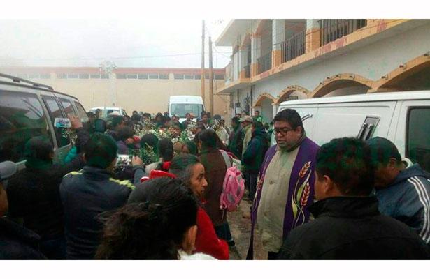 Llegaron a Acultzingo los cuerpos de artesanos asesinados en Guerrero
