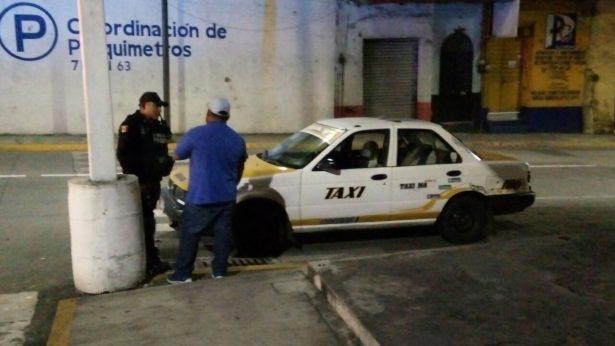 Intervienen policías a personas que viajaban a bordo de un taxi