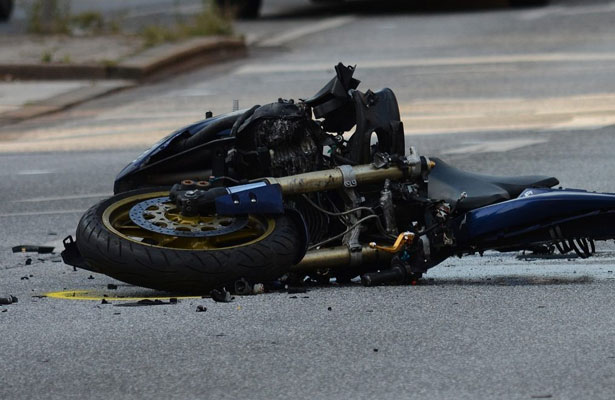 Mueren jóvenes motociclistas tras chocar de frente
