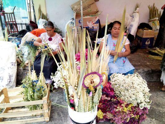 Vendedores de palmas listos para el Domingo de Ramos