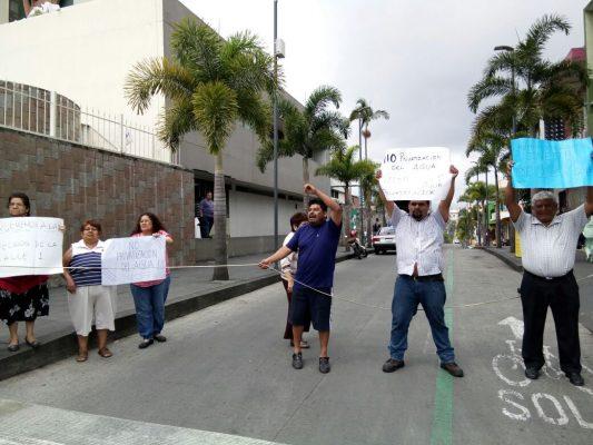 Vecinos bloquean el bulevar a Fortín para exigir aguaVecinos bloquean el bulevar a Fortín para exigir agua