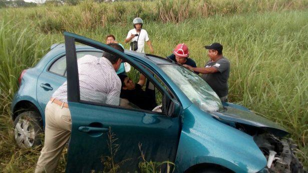 Choca automóvil contra pipa; tres personas heridas