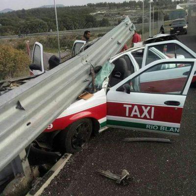 Taxi quedó incrustado en barra de protección; tres heridos