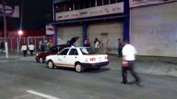Taxi impacta a motociclista