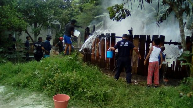 """Se incendia pastizal en """"Los Carriles"""" de Atzacan"""