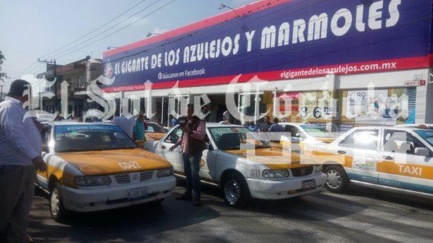 Ante robos y desapariciones, taxistas exigen seguridad