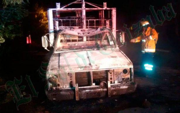 Arde camioneta de presuntos huachicoleros