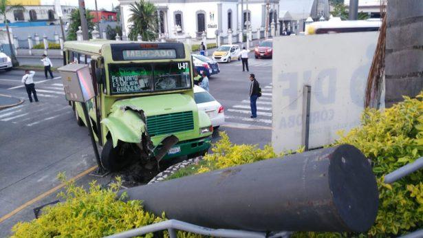 Chocan autobús y auto; casi se meten al edificio del DIF