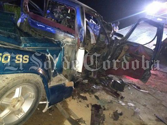 Muere prensado al chocar contra camión cañero