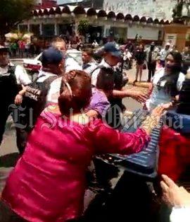 [VIDEO] Policías someten a joven por grabarlos cuando le quitan sus productos a vendedora