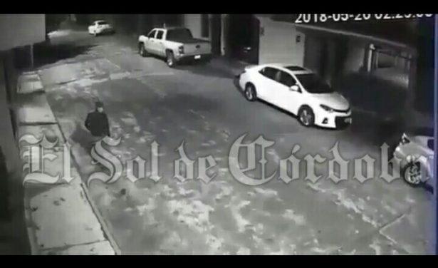 Captan momento de robo de automóvil