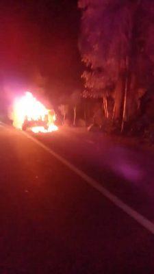 Camioneta es consumida por el fuego