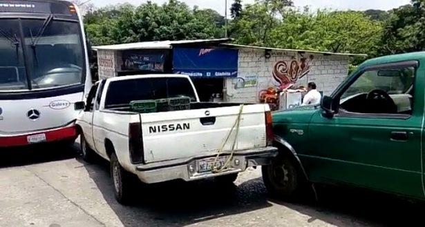 Camioneta provoca carambola; los daños materiales son de consideración