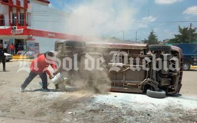 Vecinos persiguen y queman camioneta de secuestradores