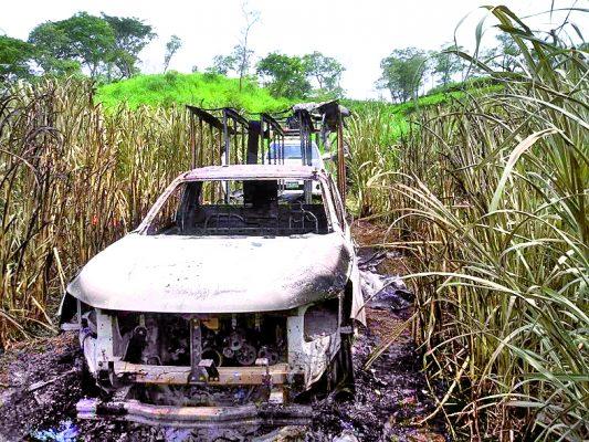 Roban y queman camioneta