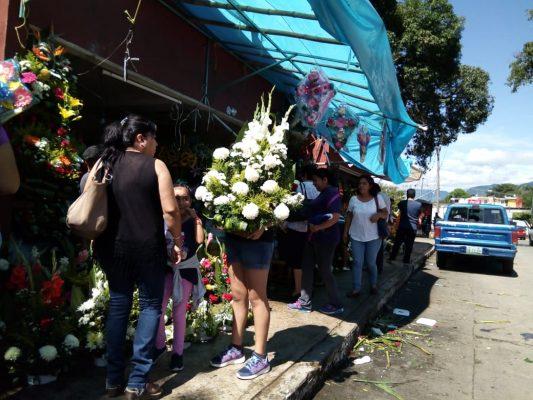 Comenzó afluencia de visitantes a cementerios para recordar al padre que descansa en paz