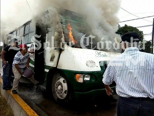 Se incendia autobús; circulaba con más de 30 pasajeros
