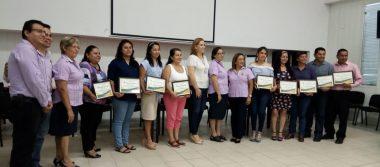 """Reconocen a 10 docentes por haber obtenido el nivel """"Destacado"""" en Evaluación del Desempeño Docente 2017-2018."""
