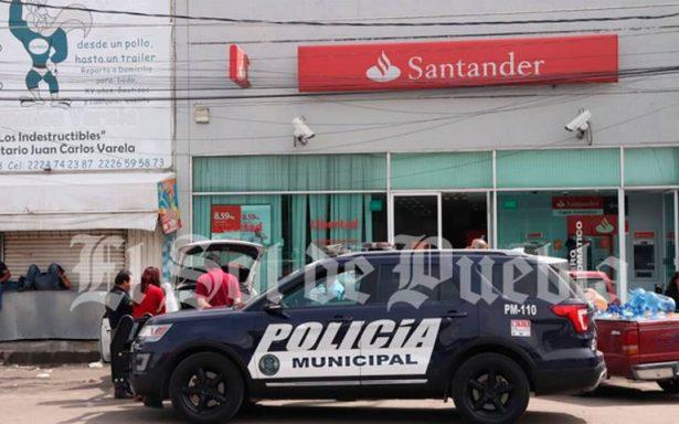 Le roban un millón de pesos dentro de sucursal de Santander