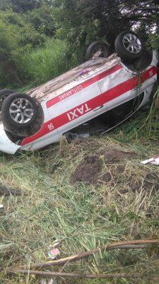 Vuelca taxi; dos lesionados