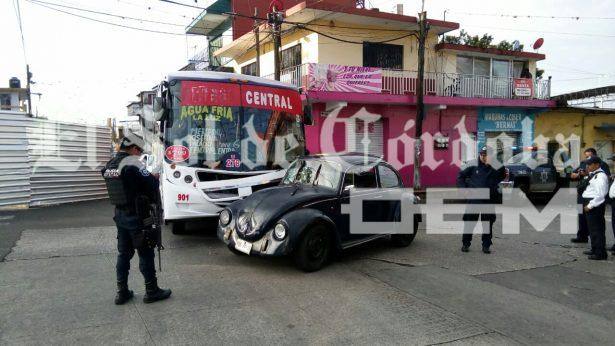Autobús impacta a Vocho; un lesionado