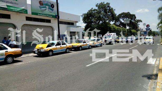 Choca taxi contra una camioneta repartidora