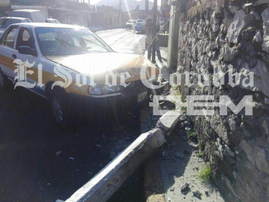 Abandonan taxi luego de chocar contra una vivienda