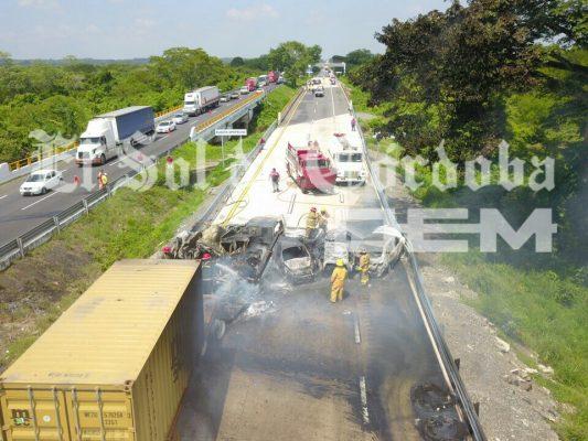 Seis autos calcinados en la autopista; se habla de al menos cuatro muertos