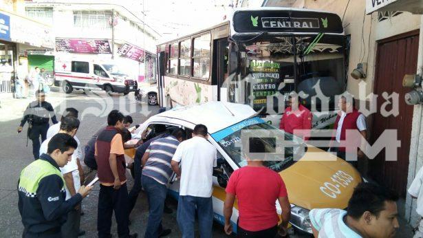 Más de 10 lesionados en choque de autobús contra taxi; hay dos prensados