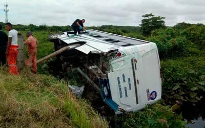 Una veintena de lesionados deja volcadura de autobús