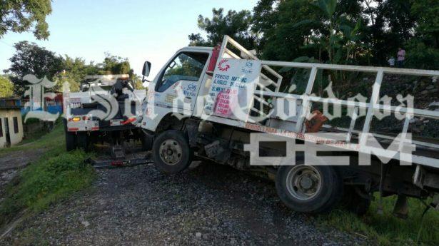 Vuelca camión repartidor de gas junto a las vías del ferrocarril