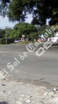 Movilización policiacapor balazos a orillas de la carretera