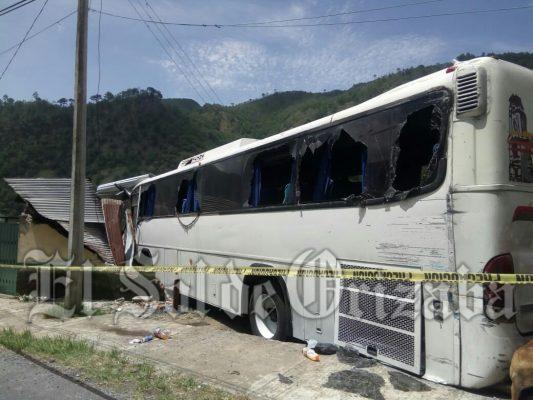 Autobús a punto de irse al precipicio con 42 pasajeros