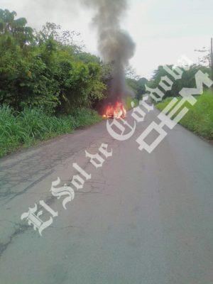 Automóvil se incendia y termina calcinado