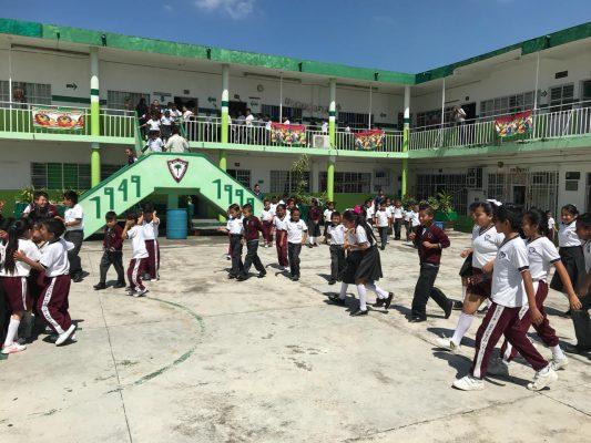 Enseñan a alumnos como actuar en casos de sismos