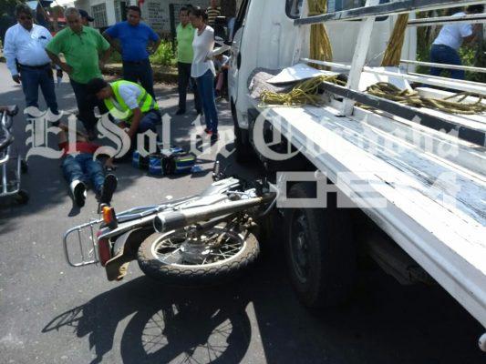 Motociclista se fractura la pierna al impactase contra camión