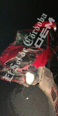 Choque entre camioneta y auto deja tres lesionados