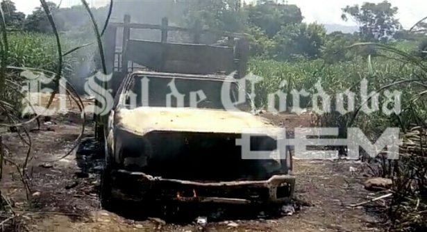 Se incendia camioneta de huachicoleros