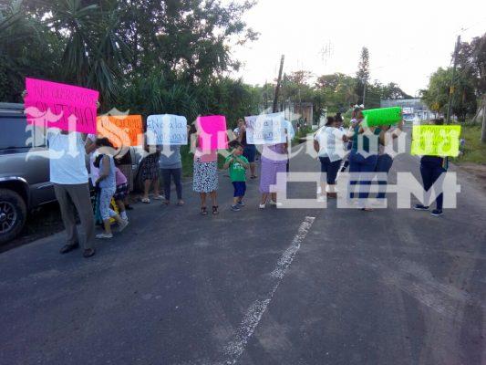 Bloquean carretera con manifestación