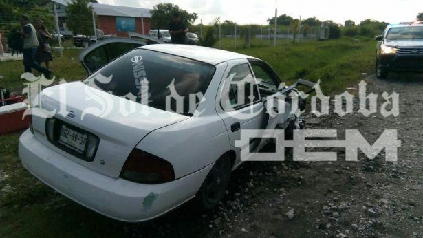 Automóvil es impactado por Torton