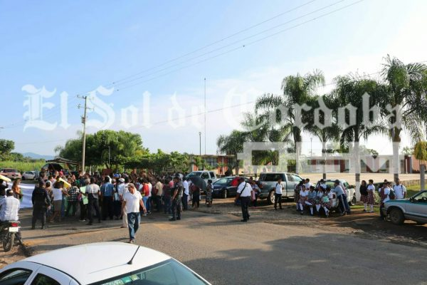 Por la falta de personal académico bloquean carretera estatal a Omealca